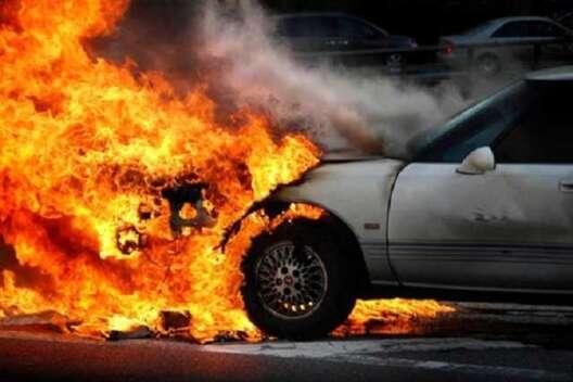 В Киеве загорелся автомобиль во время движения-1200x800
