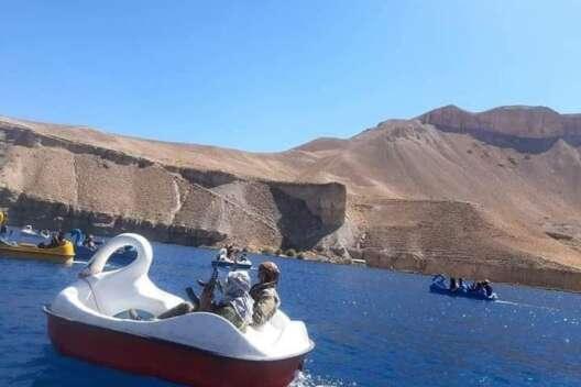 На лодочках-лебедях с оружием: в Сети показали, как развлекаются талибы